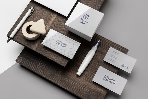 Papelería de maqueta en composición de madera