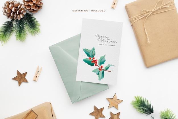 Papelería navideña elegante con piñas y estrellas de madera