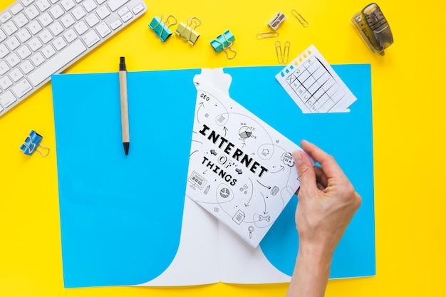 Papier mockup met internet van dingen concept