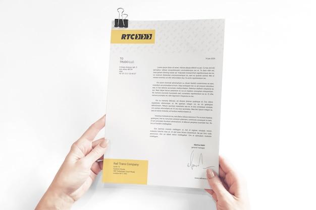Papieren documenten in handen mockup