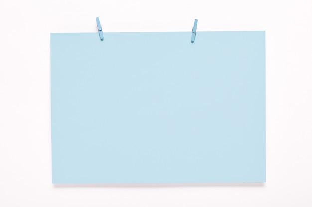 Papieren kaart op wasknijpers