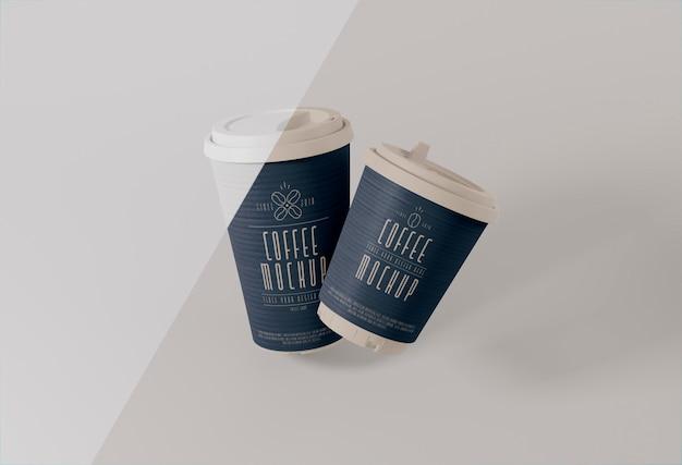 Papieren koffiekopjes levitatie mockup