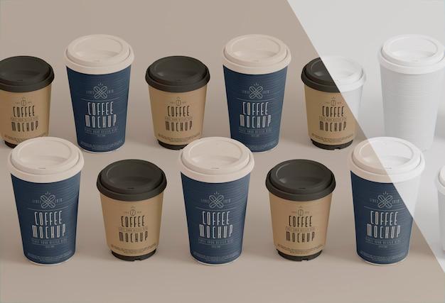 Papieren koffiekopjes mockup hoge hoek