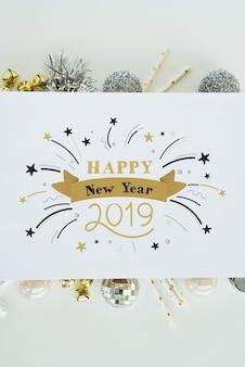 Papieren mockup met nieuwe jaardecoratie