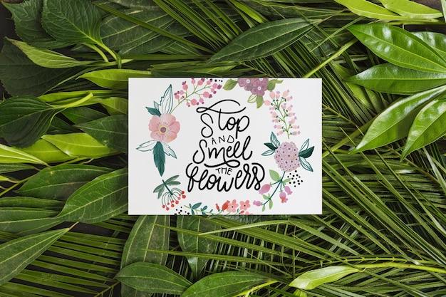 Papieren model binnen tropische bladeren