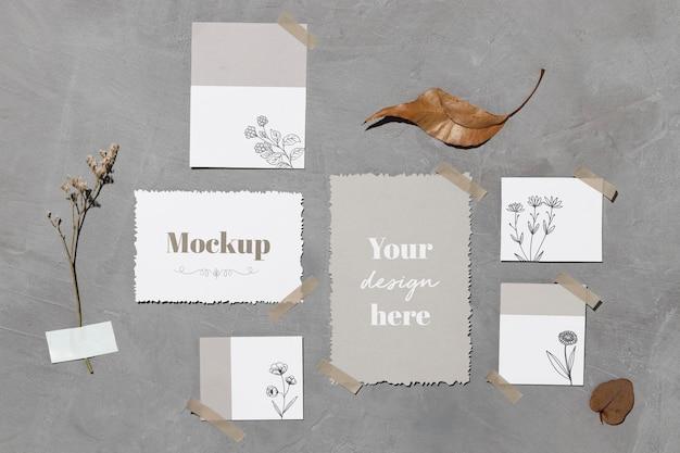Papieren notities en bladeren geplakt aan de muur met plakband