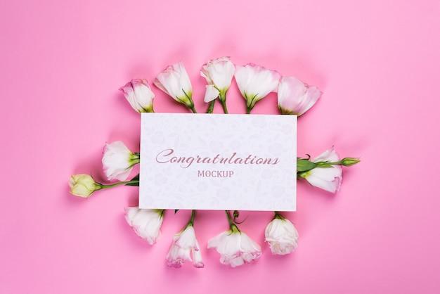 Papieren vel mockup gemaakt van bloem op roze