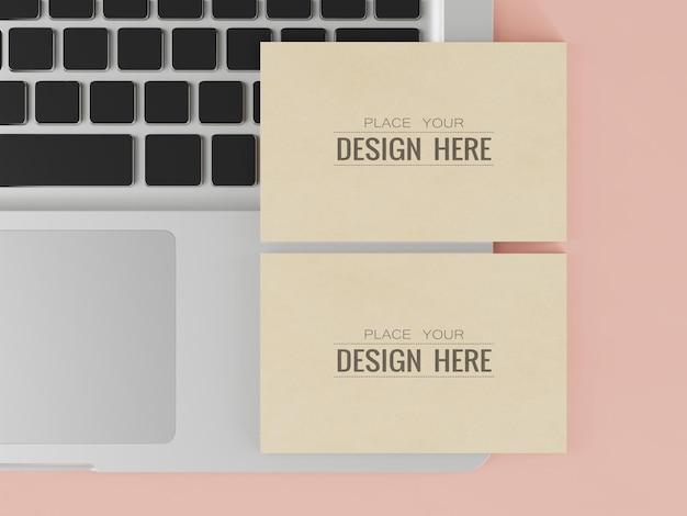 Papieren visitekaartje mockup op laptop
