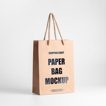 Papieren zak bruin mockup. driekwart bekijken bewerkbare kraft tas