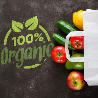Papieren zak met verschillende boodschappen op donkere betonnen achtergrond. voedsel levering concept. schenkingen van voedsel.