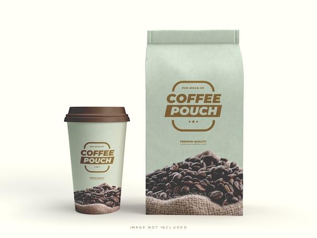 Papieren zakverpakking en beker voor koffiebonen en andere etenswaren