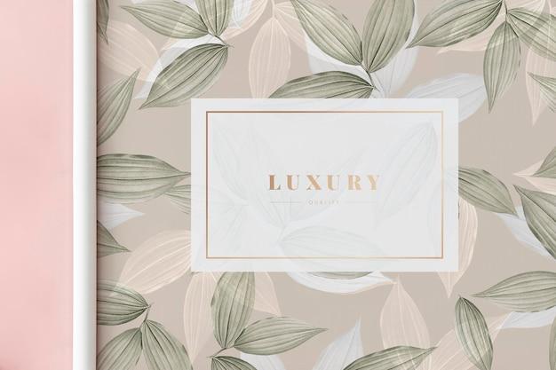 Papierrol met botanisch patroon op een pastelroze ondergrond