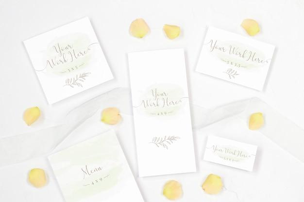 Paquete de tarjetas de boda sobre fondo blanco.