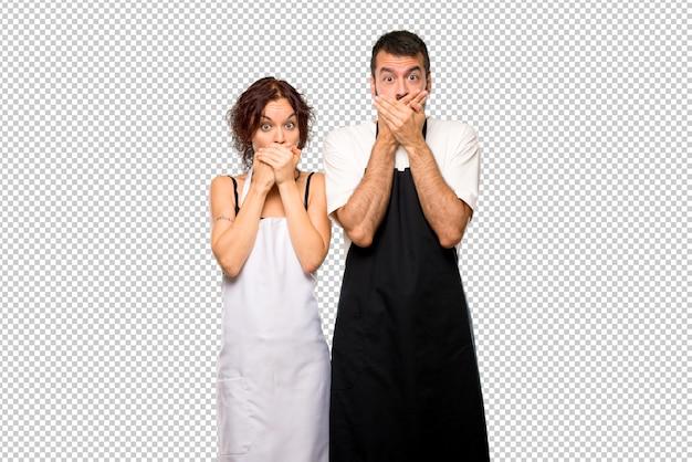 Un par de cocineros cubriendo la boca por decir algo inapropiado. no puede hablar