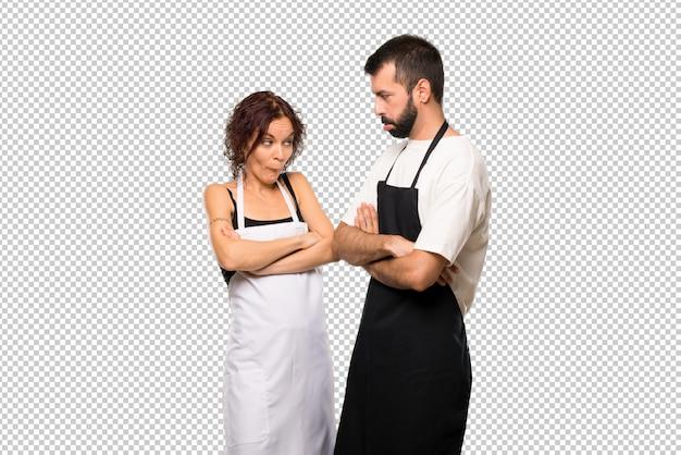 Par de cocineros con expresión triste y deprimido. gesto serio