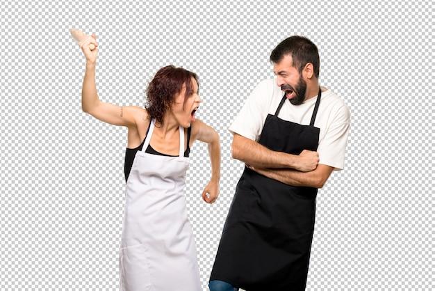 Par de cocineros peleando