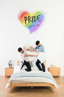 Pareja gay en cama y mockup de copyspace