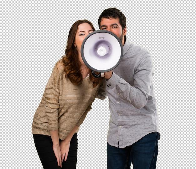 Pareja joven sosteniendo un megáfono
