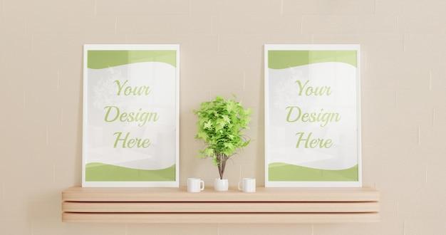 Pareja maqueta marco de pie sobre el escritorio de pared de madera con plantas decorativas