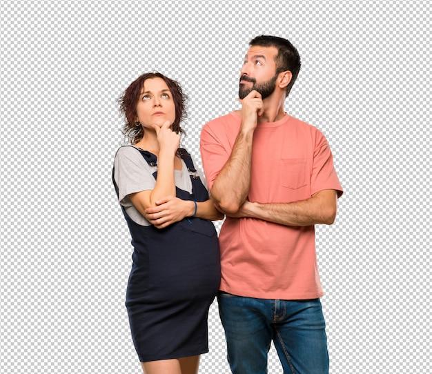 Pareja con mujer embarazada pensando una idea