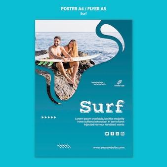 Pareja en la playa con flyer de tablas de surf