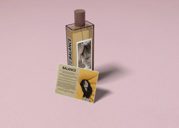 Parfum en beschrijving op tafel