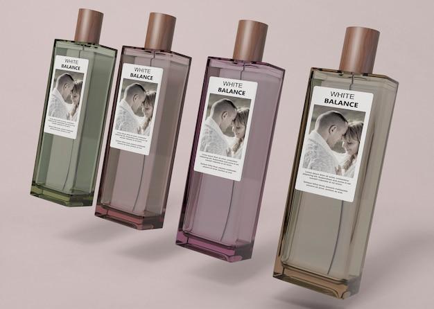 Parfumflesjes uitgelijnd op tafel