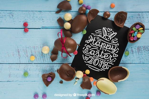 Pasen-model met chocoladeeieren en zwarte envelop