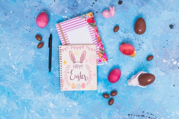 Pasen-model met kaart en chocoladeeieren