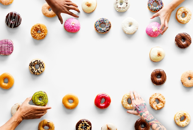 People hands reach para donuts