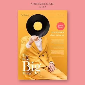 Periódico de moda con modelo con un disco de vinilo