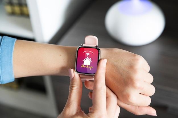 Persona con aplicación de automatización en un reloj digital