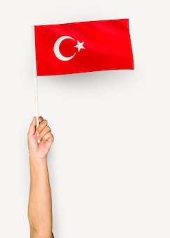 Persona che sventola la bandiera della repubblica di turchia