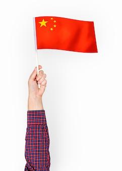 Persona che sventola la bandiera della repubblica popolare cinese