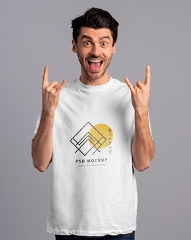 Persona con expresión emocionada con maqueta de camiseta