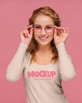 Persona joven y feliz con maqueta de camisa