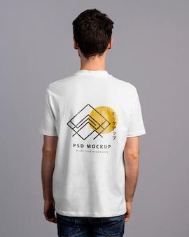 Persona con maqueta de camiseta en la espalda