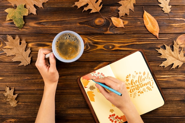 Persona de primer plano con café escrito