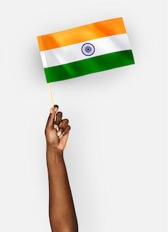 Persona que agita la bandera de la república de la india