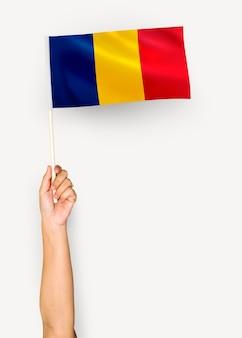 Persona que agita la bandera de rumania
