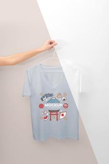 Persona sosteniendo una maqueta de camiseta japonesa