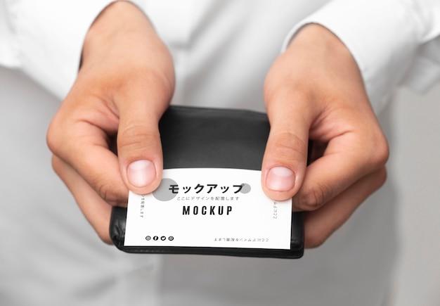 Persona sosteniendo una maqueta de tarjeta de visita