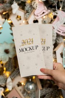 Persona con tarjetas de maqueta de año nuevo