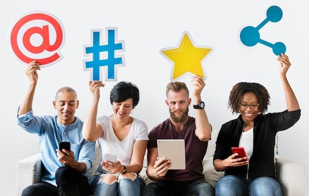 Personas con un icono de redes sociales