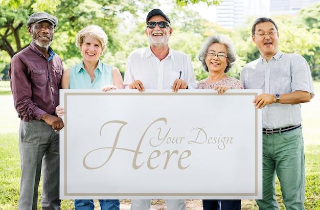 Personas mayores con un tablero en blanco.