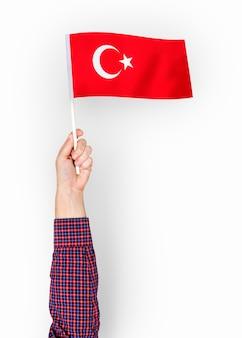 Persoon die de vlag van de republiek turkije zwaaien