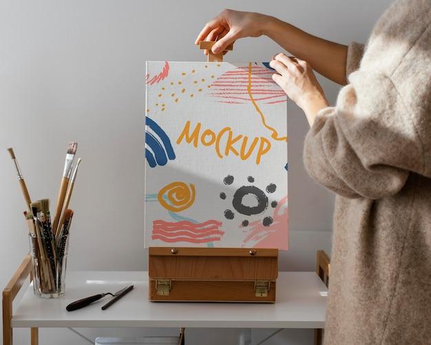 Persoon die een canvasmodel vasthoudt