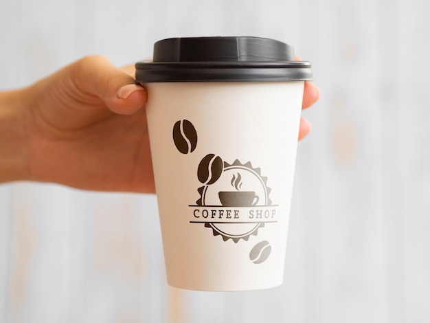 Persoon die een koffiedocument kop steunt