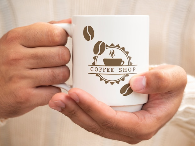 Persoon die een kopje koffie