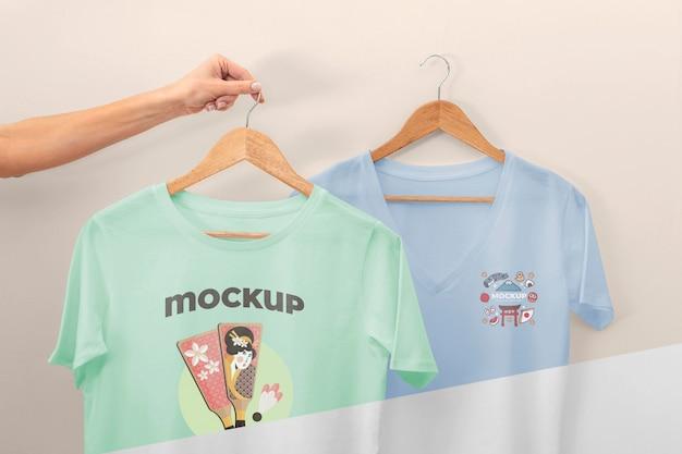 Persoon die japanse t-shirts mock-up houdt